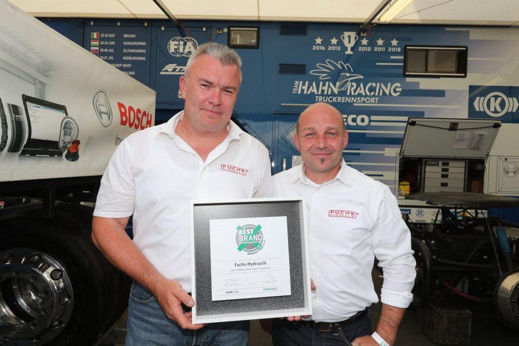 Die Geschäftsführer Uwe Lörsch (li.) und Thomas Kemmer (re.) mit der Best Brand Urkunde am Nürburgring